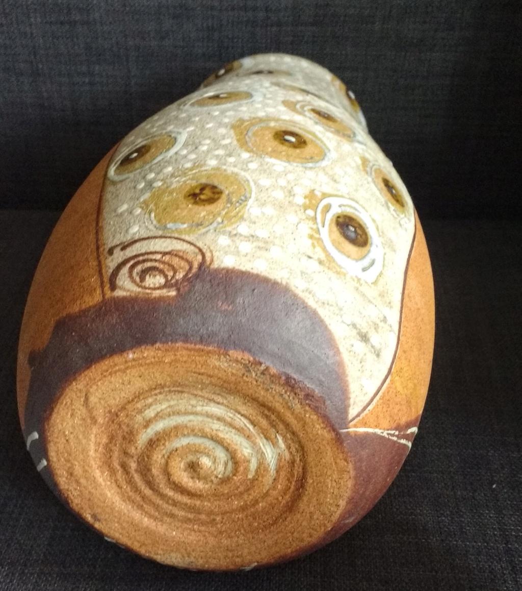 Joli vase à ocelles en grès avec un tourbillon pour signature  Img_2062