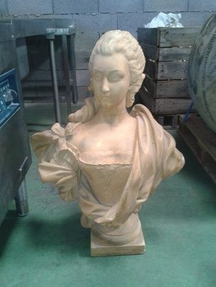 A vendre: bustes Marie Antoinette - Page 3 Zbust10