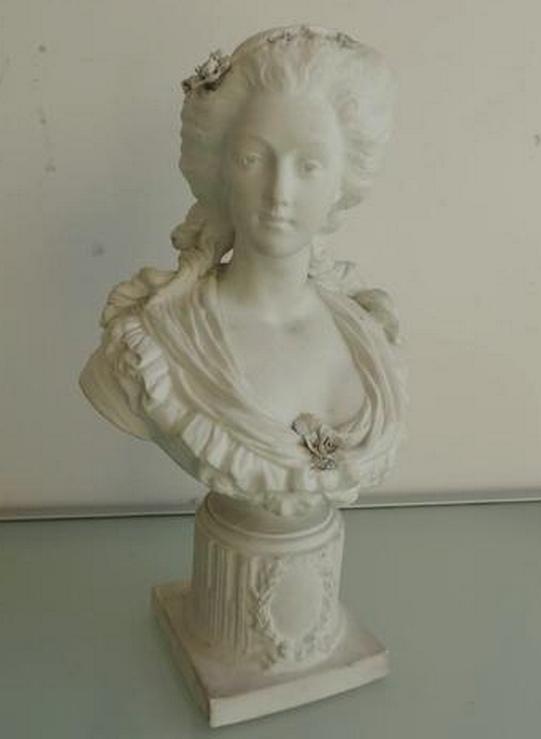 A vendre: bustes de Marie Antoinette? - Page 2 Zhab10