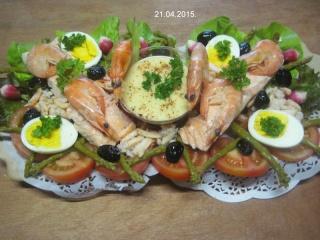 saumon rose sur un lit de crudités et crustacés.photos. Img_6863