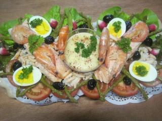 saumon rose sur un lit de crudités et crustacés.photos. Img_6866