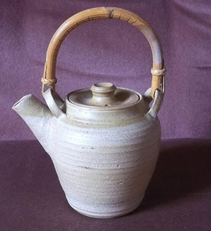 Stoneware teapot JH/HJ - Joyce Haynes 100_2414