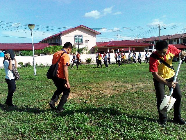 Pelajar Vokasional Keningau bersihkan taman kita -22april2015 Photo_40