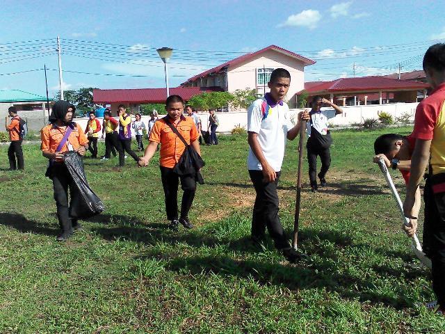 Pelajar Vokasional Keningau bersihkan taman kita -22april2015 Photo_42