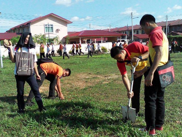 Pelajar Vokasional Keningau bersihkan taman kita -22april2015 Photo_43