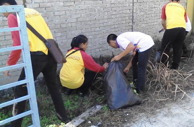 Pelajar Vokasional Keningau bersihkan taman kita -22april2015 Photo_48
