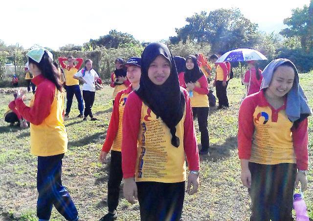 Pelajar Vokasional Keningau bersihkan taman kita -22april2015 Photo_49