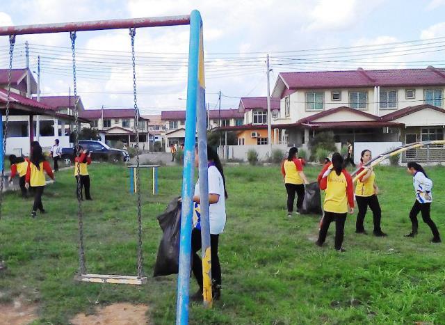 Pelajar Vokasional Keningau bersihkan taman kita -22april2015 Photo_50