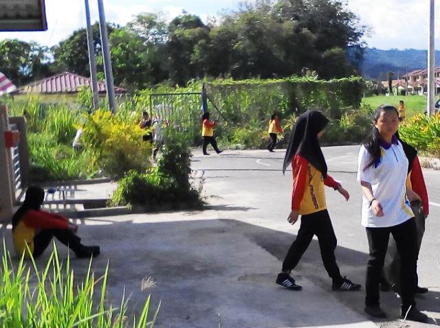 Pelajar Vokasional Keningau bersihkan taman kita -22april2015 Photo_54