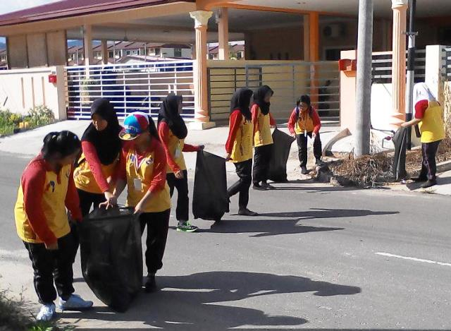 Pelajar Vokasional Keningau bersihkan taman kita -22april2015 Photo_55