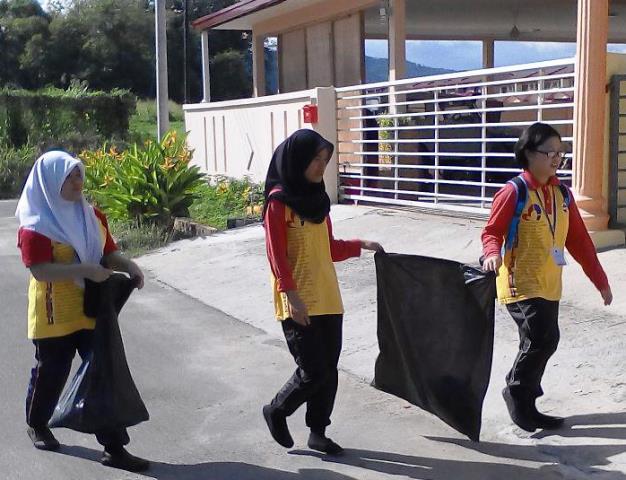 Pelajar Vokasional Keningau bersihkan taman kita -22april2015 Photo_57