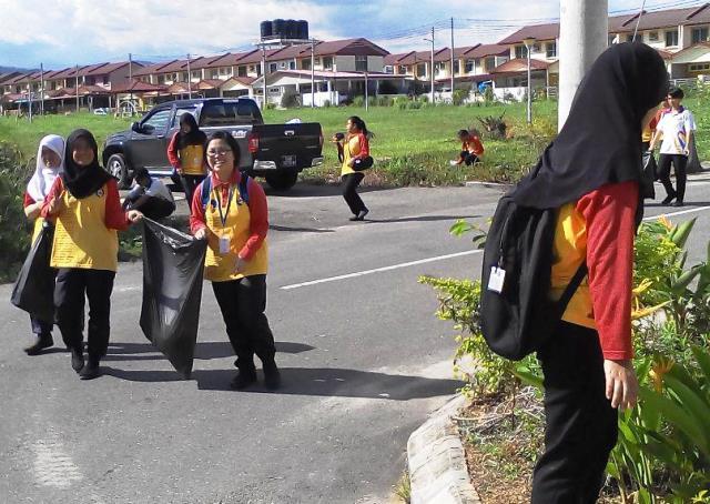 Pelajar Vokasional Keningau bersihkan taman kita -22april2015 Photo_58
