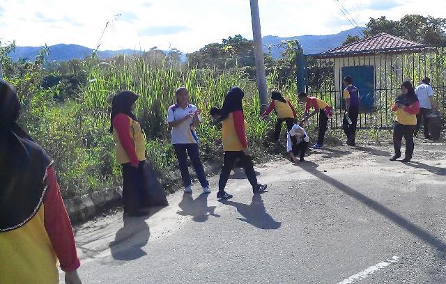Pelajar Vokasional Keningau bersihkan taman kita -22april2015 Photo_59
