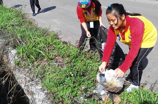 Pelajar Vokasional Keningau bersihkan taman kita -22april2015 Photo_60