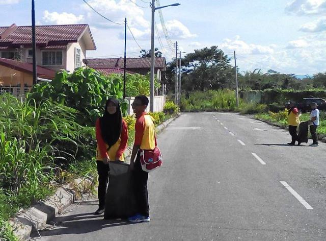 Pelajar Vokasional Keningau bersihkan taman kita -22april2015 Photo_61