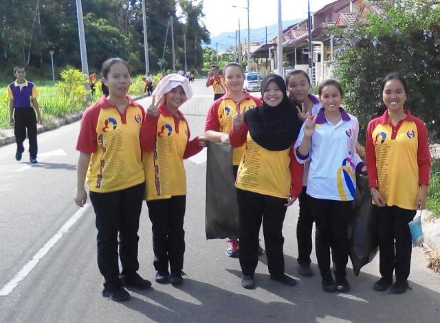 Pelajar Vokasional Keningau bersihkan taman kita -22april2015 Photo_62