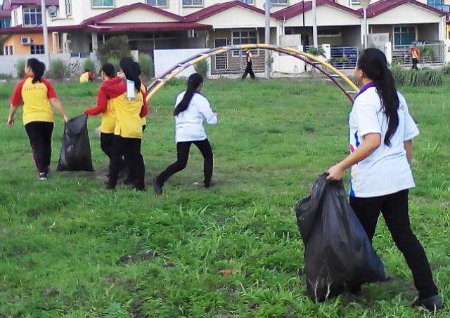 Pelajar Vokasional Keningau bersihkan taman kita -22april2015 Photo_63