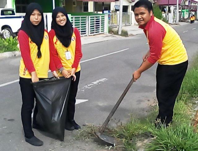 Pelajar Vokasional Keningau bersihkan taman kita -22april2015 - Page 2 Photo_65