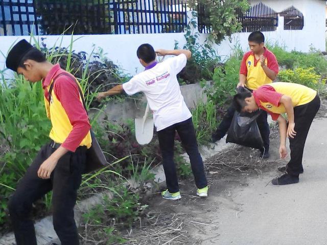 Pelajar Vokasional Keningau bersihkan taman kita -22april2015 - Page 2 Photo_66