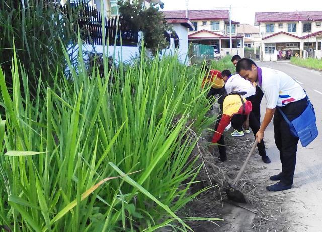 Pelajar Vokasional Keningau bersihkan taman kita -22april2015 - Page 2 Photo_67