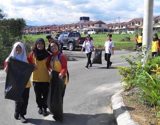 Pelajar Vokasional Keningau bersihkan taman kita -22april2015 - Page 2 Photo_70