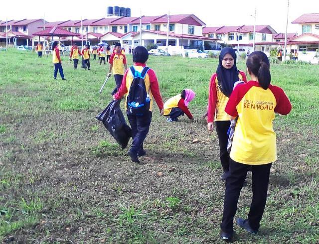 Pelajar Vokasional Keningau bersihkan taman kita -22april2015 - Page 2 Photo_72