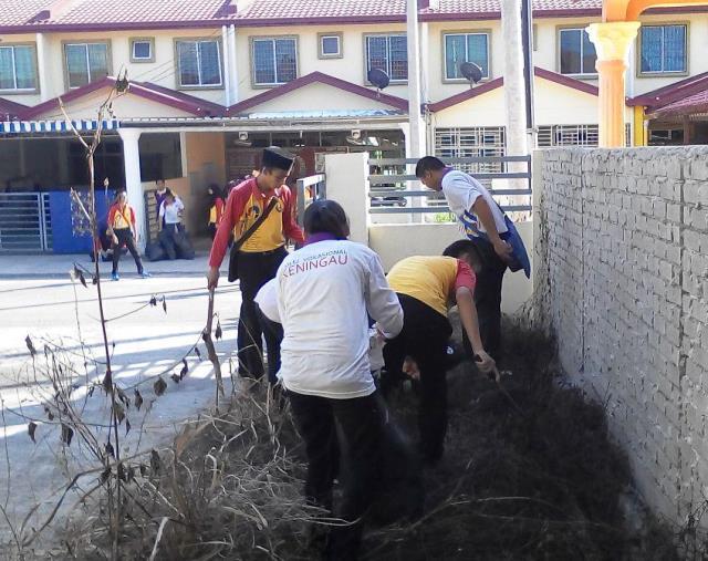 Pelajar Vokasional Keningau bersihkan taman kita -22april2015 - Page 2 Photo_73