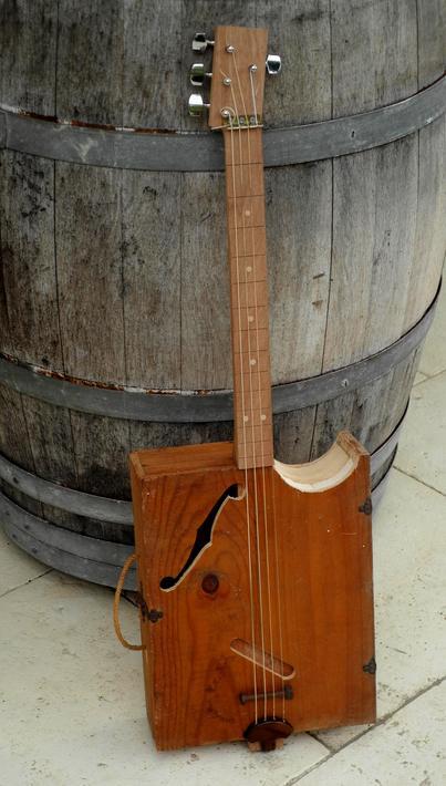 Wine Box Guitar challenger in Bordeaux Avec_c10