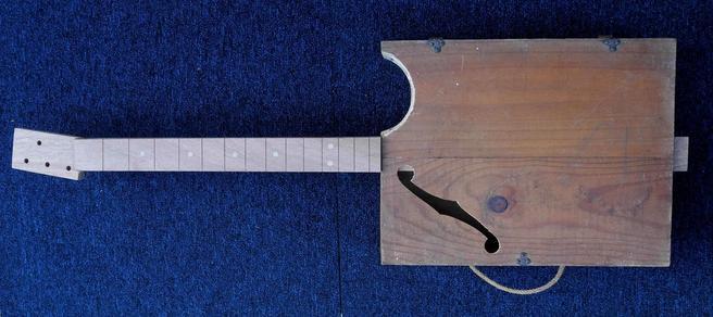 Wine Box Guitar challenger in Bordeaux Manche13