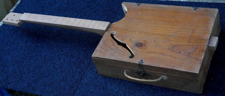 Wine Box Guitar challenger in Bordeaux Manche14
