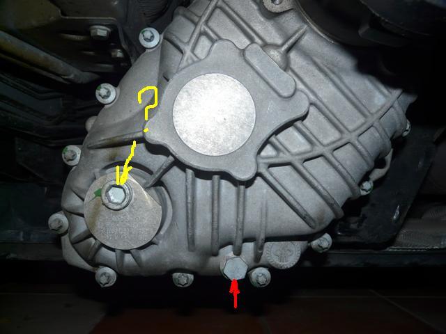 Une trace d'huile/graisse jaune séché sous la boite de transfert P1090711