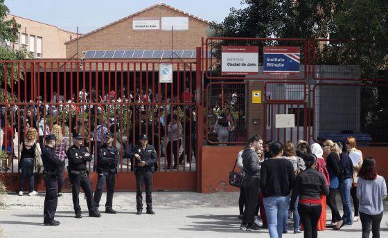 """ACOSO ESCOLAR / Madrid abre expediente al director del instituto de la chica que se suicidó """"EL PAÍS"""" 14325510"""