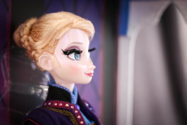 Disney Store Poupées Limited Edition 17'' (depuis 2009) - Page 6 Elsa2012