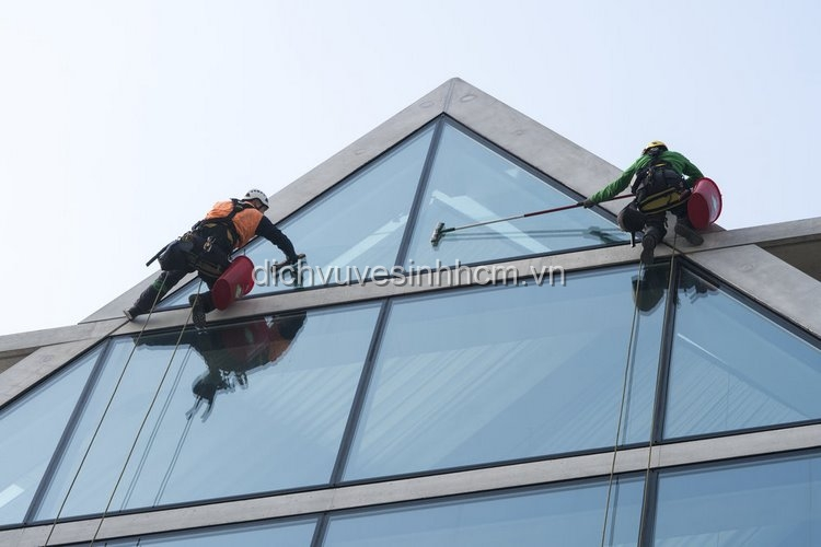 Quy trình vệ sinh kính nhà cao tầng gồm 4 bước - hồng tâm phát Dich-v10