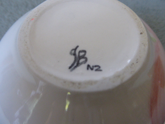 NZ pottery -Can anyone identify the design or initials please. P1150311