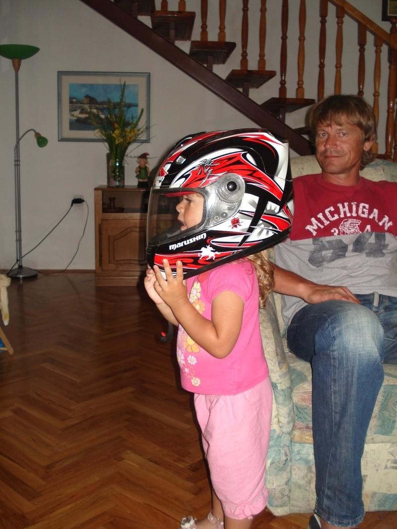ovo je moja mala sestricna ana sa mojom kacigom!!! Dsc01310