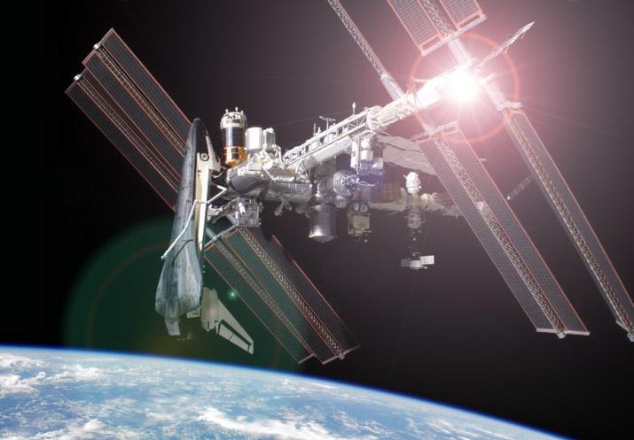 """""""Photo de famille"""" Photo d'ISS avec une navette arrimée. - Page 6 Iss-co10"""