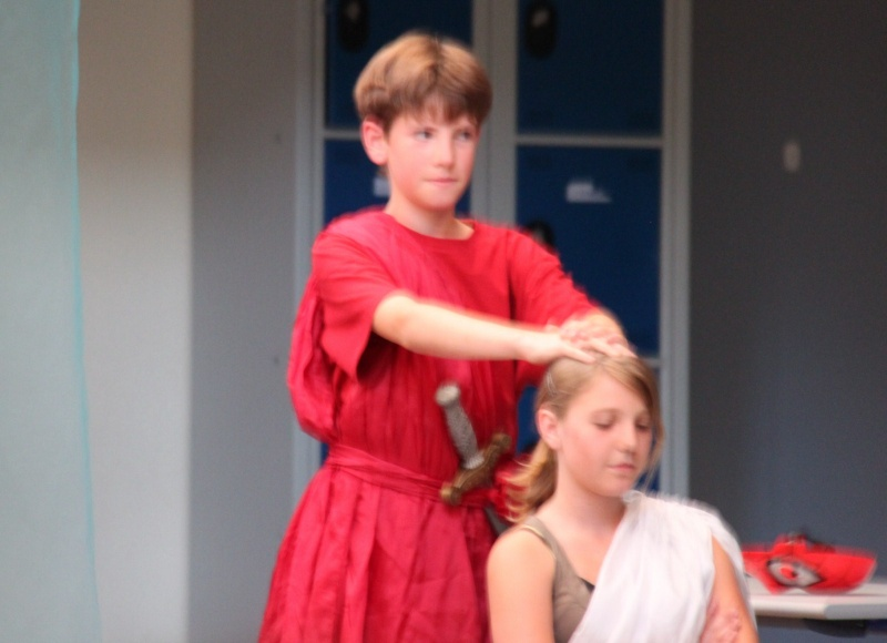 L'atelier théâtre du collège Gréoire de Tours de Marlenheim vous présente Oedipe  schlac schlac le jeudi 23 juin 2011à 20h30 Img_4919