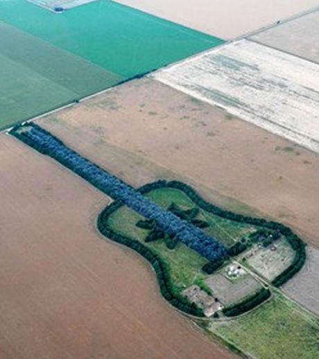 Une guitare vue du ciel en hommage à sa femme La-gui10
