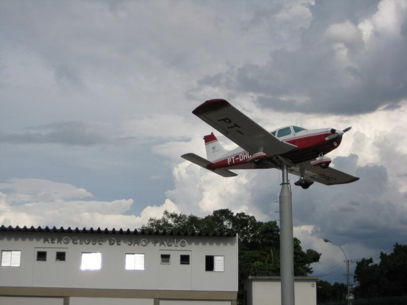 Voler ou ne pas voler , telle est la question ... [les oiseaux d'acier cloués au sol] 32561110