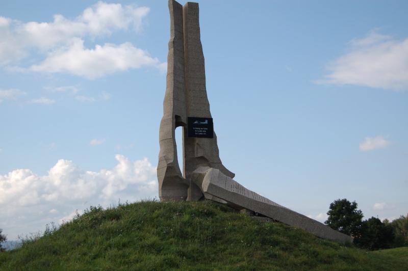 Monument en hommage d'un crash d'avion Monume11