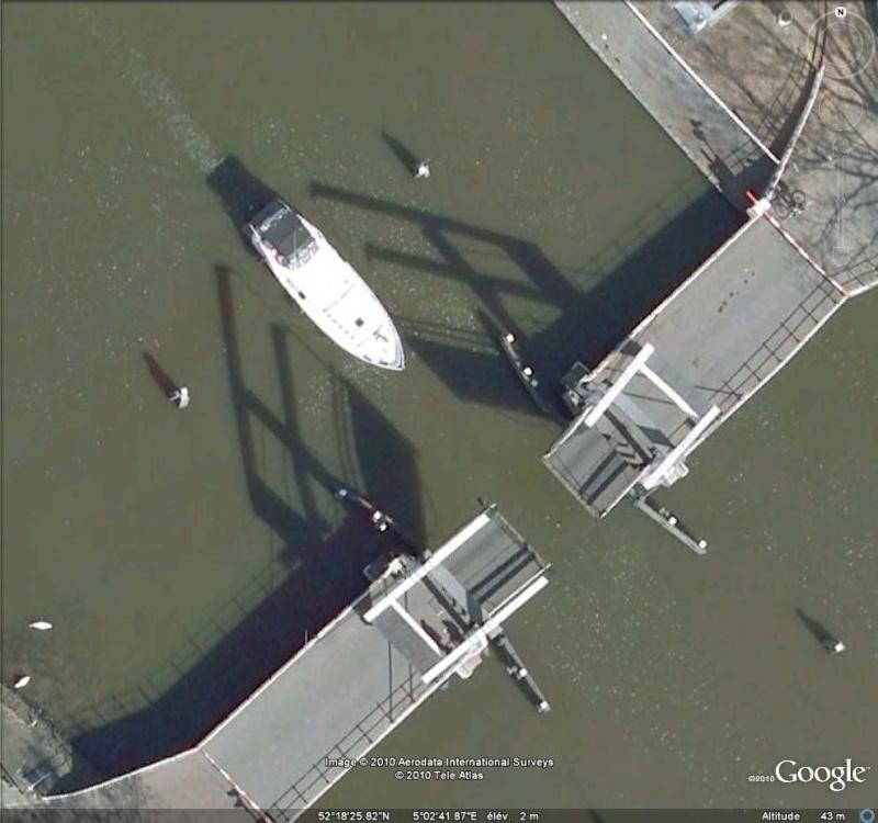 Bateau passant un pont mobile à Weesp ( Pays-Bas ) Passag10