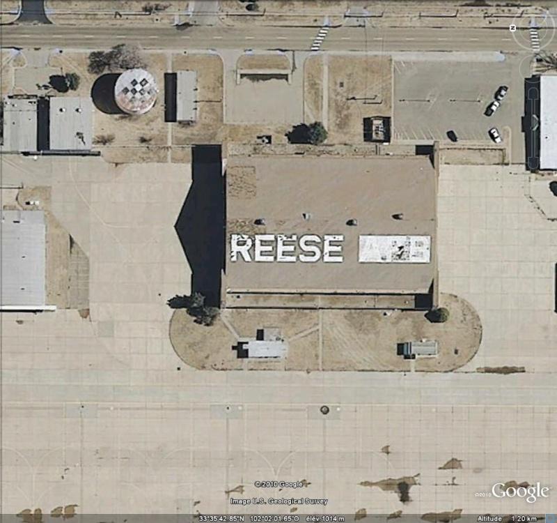 Les inscriptions et écritures sur aérodromes et aéroports - Page 4 Reese10