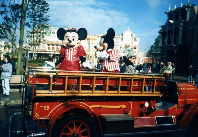 Anciens spectacles et parades de Disneyland Paris - Page 4 Img04010