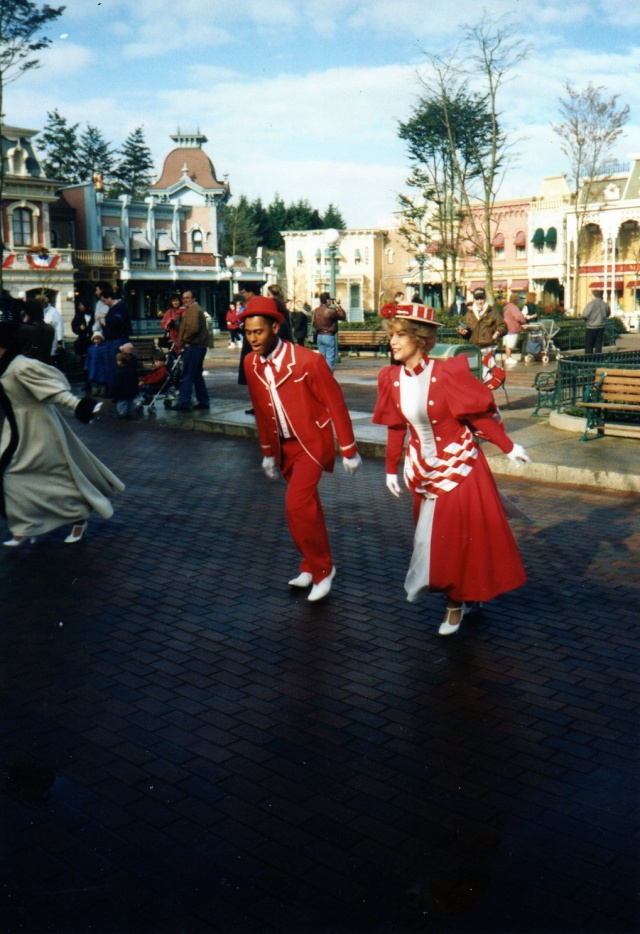 Anciens spectacles et parades de Disneyland Paris - Page 4 Img04110