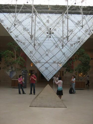 L'ESOTERISME DE LA PYRAMIDE DU LOUVRE Pyrami10