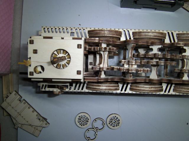 Lokomotive V-Express mit Tender von UGEARS Bild2411
