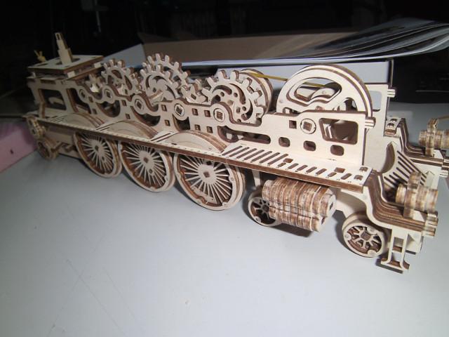Lokomotive V-Express mit Tender von UGEARS Bild2610