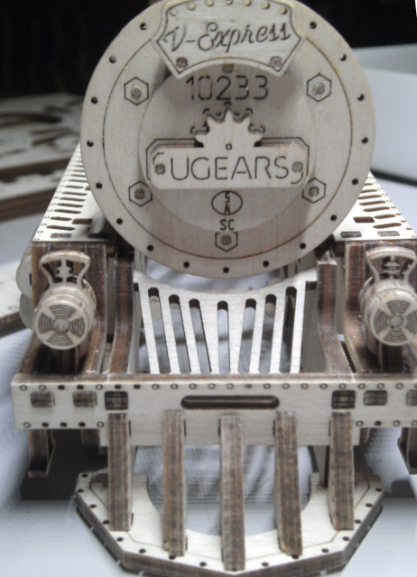 Lokomotive V-Express mit Tender von UGEARS Bild2710