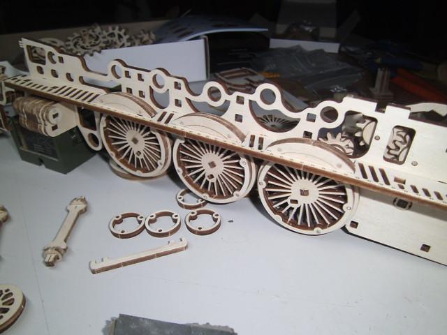 Lokomotive V-Express mit Tender von UGEARS Bild3312